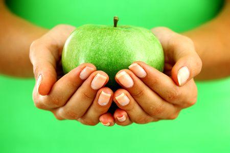 Яблоко в ладонях